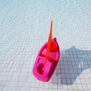 เรือของเล่นสระว่ายน้ำ